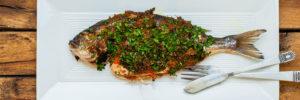 Вкусная запеченная рыба с помидорами и оливковым маслом
