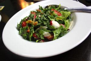 Салат с рукколой, помидорами черри и оливковым маслом