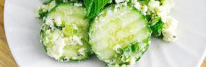 Салат с огурцами, оливковым маслом и сыром фета