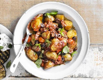 Средиземноморский салат с картошкой и помидорами черри