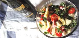 Салат с рукколоый, сыром, копченым мясом и оливковым маслом
