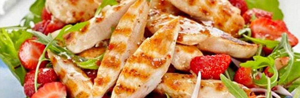 Салат с клубникой и курицей