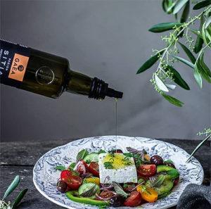 вкусный греческий салат с оливковым маслом Gaea
