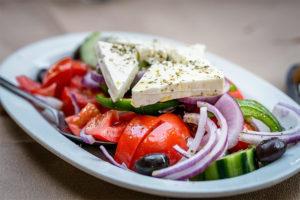 Праздничный греческий салат к 8 марта