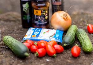 Летний салат из помидор и огурцов