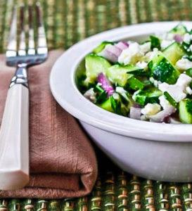 Салат с оугрцами, луком и сыром Фета рецепт
