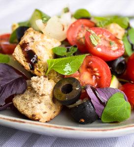 Салат с сухариками и оливками рецепт