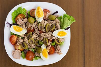 Салат с тунцом, оливками и оливковым маслом Gaea
