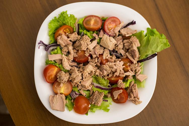 Добавьте тунец в салат. Разомните его вилкой!
