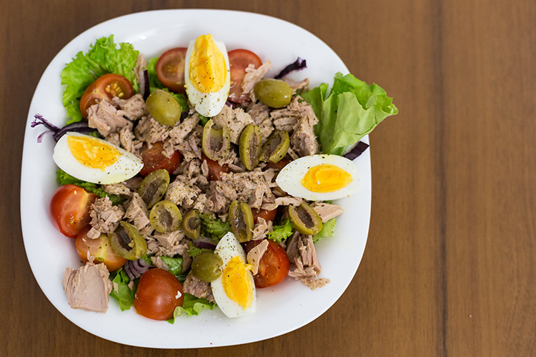 Салат с тунцом и оливковым маслом